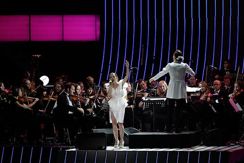 Natalia Lafourcade y Alondra de la Parra con su Orquesta Filarmonica de las Americas.